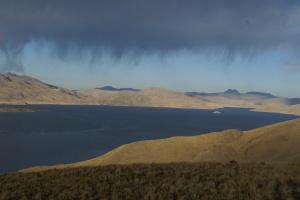 Ein Bergsee in den Andem mit einem herrlichen Wolkenspiel